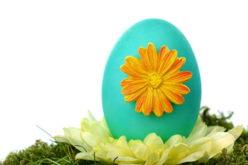 Easter-decoration-with-blue-egg-and-flower-1024x682